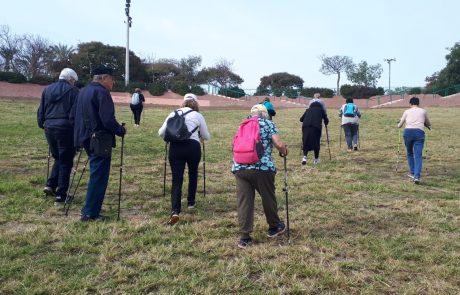 קבוצת הליכה נורדית במסלול גולדה לאזרחים ותיקים