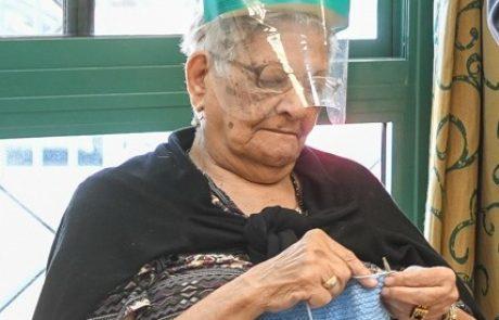 סבתא סורגת