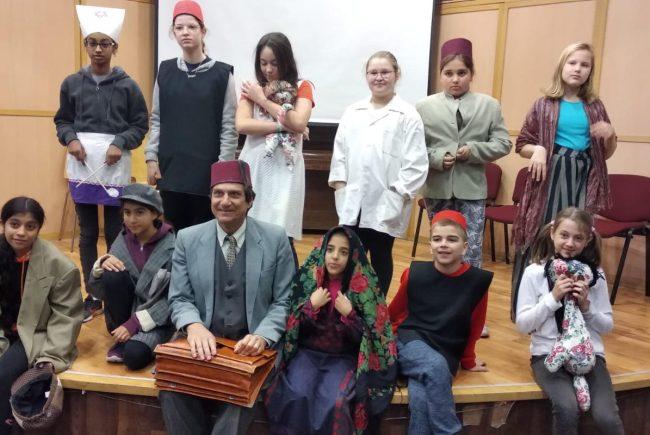 שחקנים צעירים מגלמים דמויות מההיסטוריה של ראשון לציון