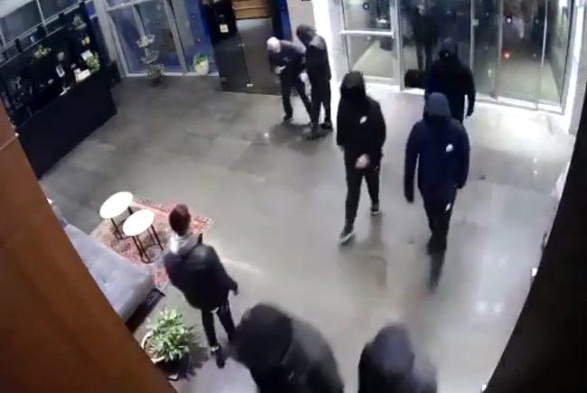 צפו בסרטון-כך נכנסו רעולי פנים למבנה דירות גרמו