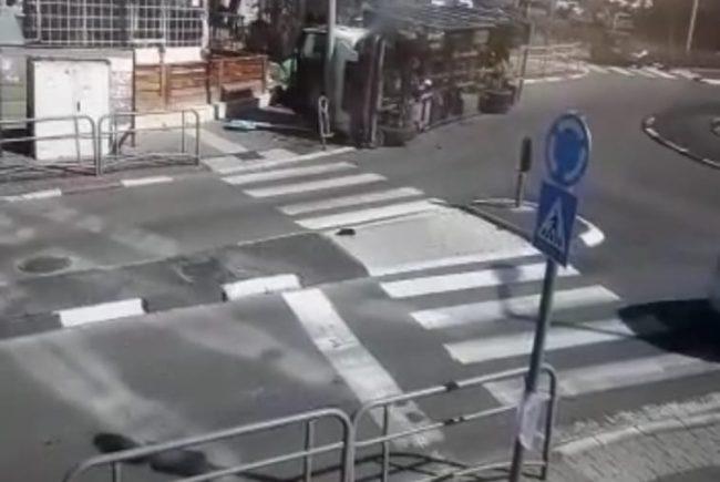 צפו בסרטון: משאית התהפכה ובנס נמנע אסון