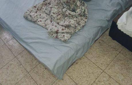 צפו:כך ישן גבר על רצפת הדירה