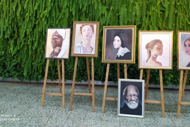 תערוכת הדיוקנאות של היוצרת דפנה אלקסלסי